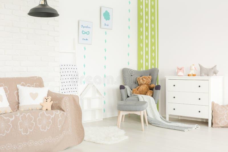 Behandla som ett barn rum med pastellfärgad tillbehör royaltyfria bilder