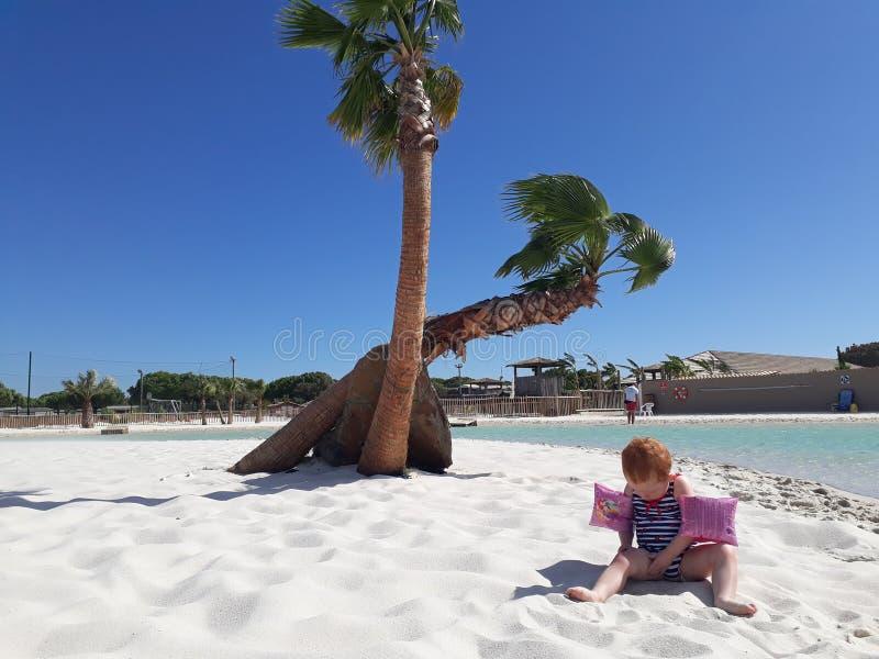 behandla som ett barn sanden fotografering för bildbyråer