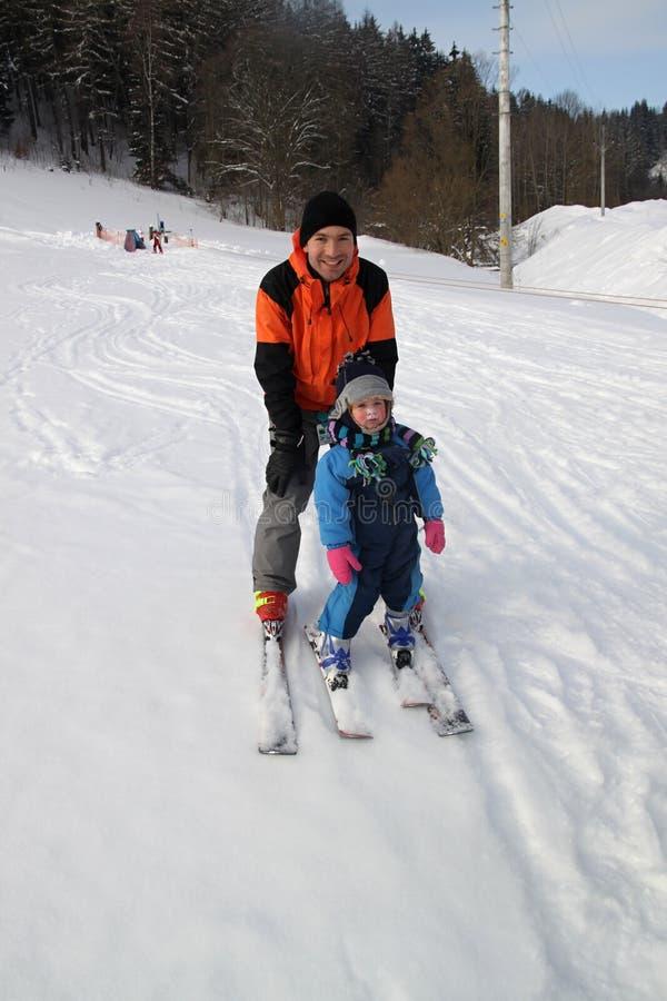 behandla som ett barn skidåkningen arkivbild
