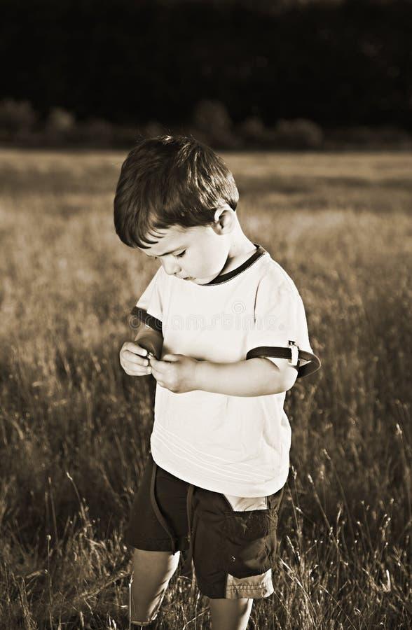 behandla som ett barn skjuten sepia arkivfoto