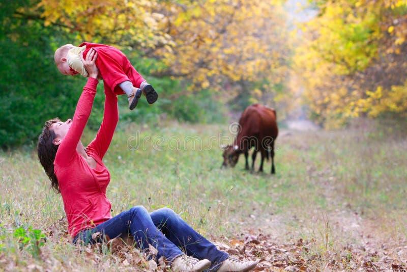 behandla som ett barn skogmodern royaltyfri fotografi