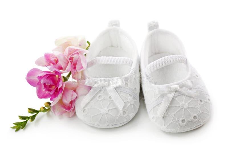 behandla som ett barn skor för blommaflickapinken royaltyfri foto