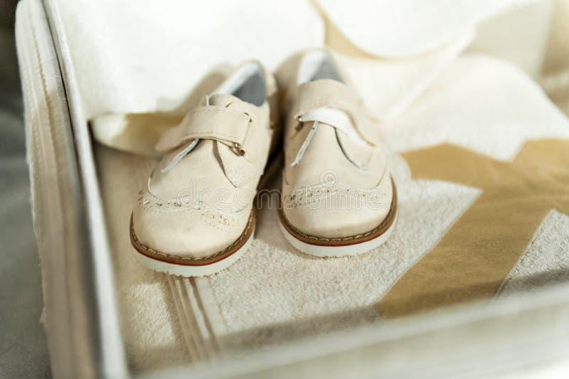 Behandla som ett barn skor på träbakgrund royaltyfria foton