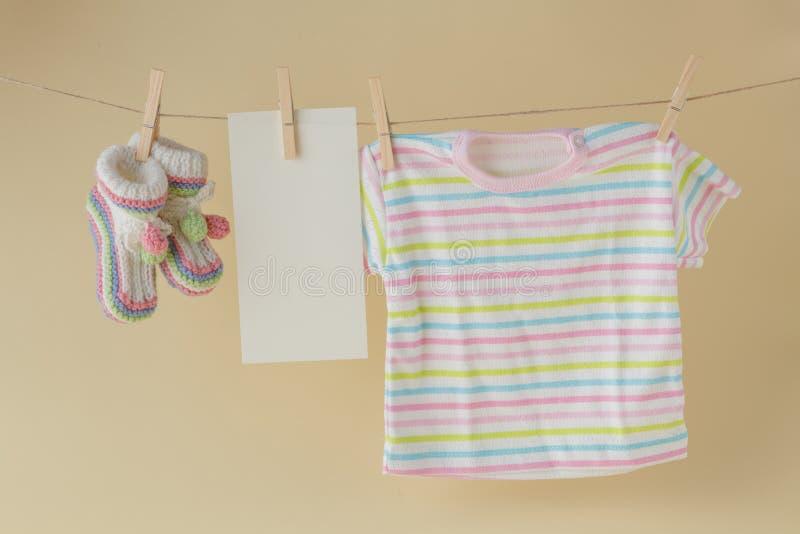 Behandla som ett barn sockan och förbigå anmärkningen som hänger på klädstrecket arkivfoton