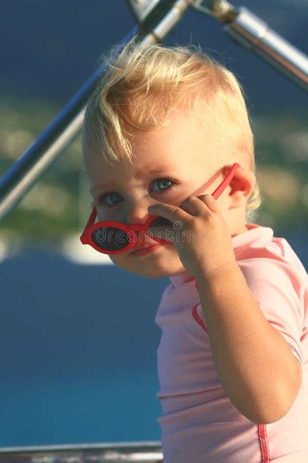 behandla som ett barn solglasögon arkivbild
