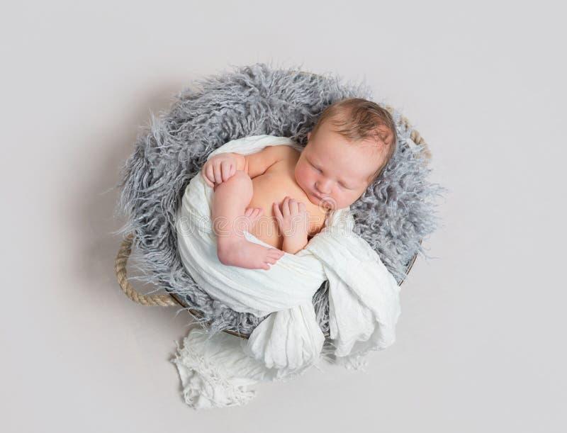 Behandla som ett barn sova halvan som slås in upp med den vita halsduken royaltyfri fotografi