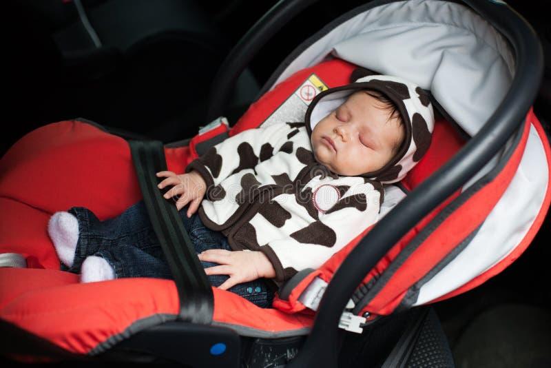 Behandla som ett barn sovande i bilsäte royaltyfri bild
