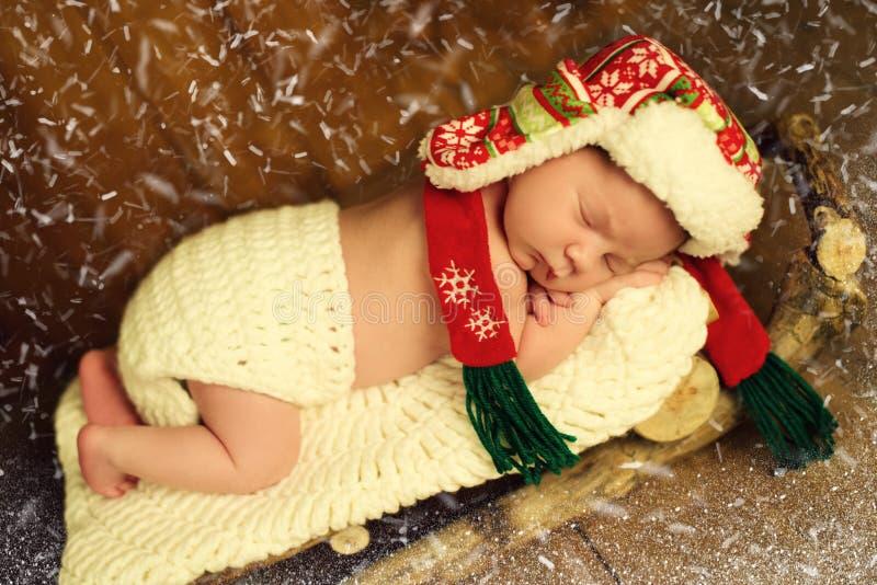 Behandla som ett barn sover i träpulkor Helgdagsafton för ` s för nytt år royaltyfria foton