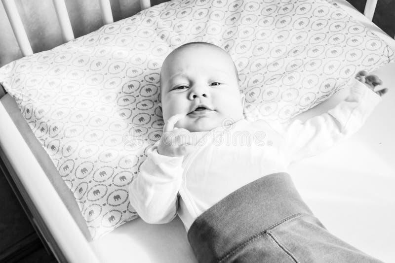 behandla som ett barn spädbarnet i säng royaltyfri foto