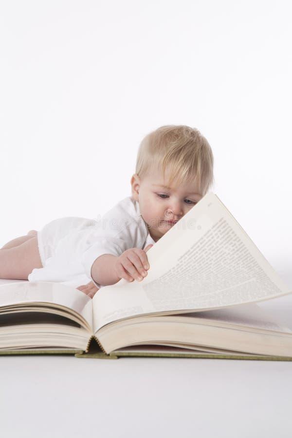 behandla som ett barn stor avläsning för bokflickan arkivfoton