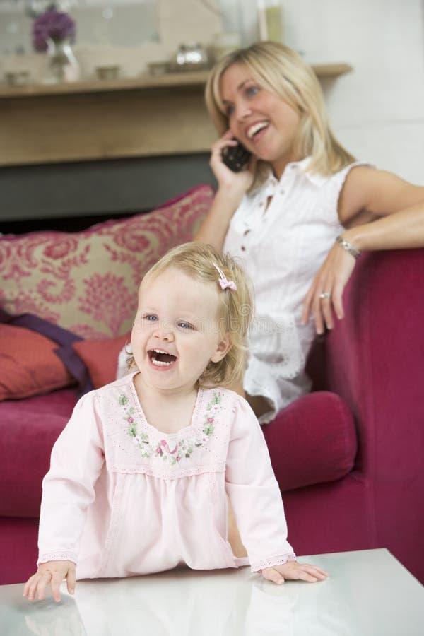 behandla som ett barn strömförande använda för moderlokaltelefon arkivfoton