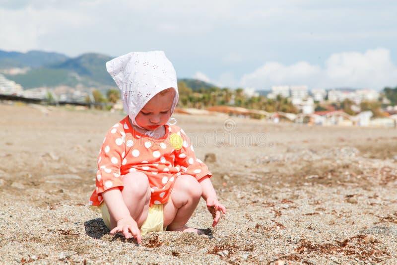 behandla som ett barn stranden royaltyfria foton