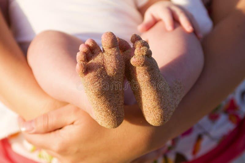 behandla som ett barn stranden räknade fotsanden royaltyfri bild