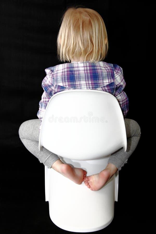 behandla som ett barn styggt sittande barn för stolsflickan royaltyfri fotografi