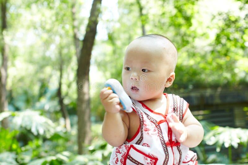 behandla som ett barn sunen för illusytrationen för pojkebuggyoklarheter fotografering för bildbyråer
