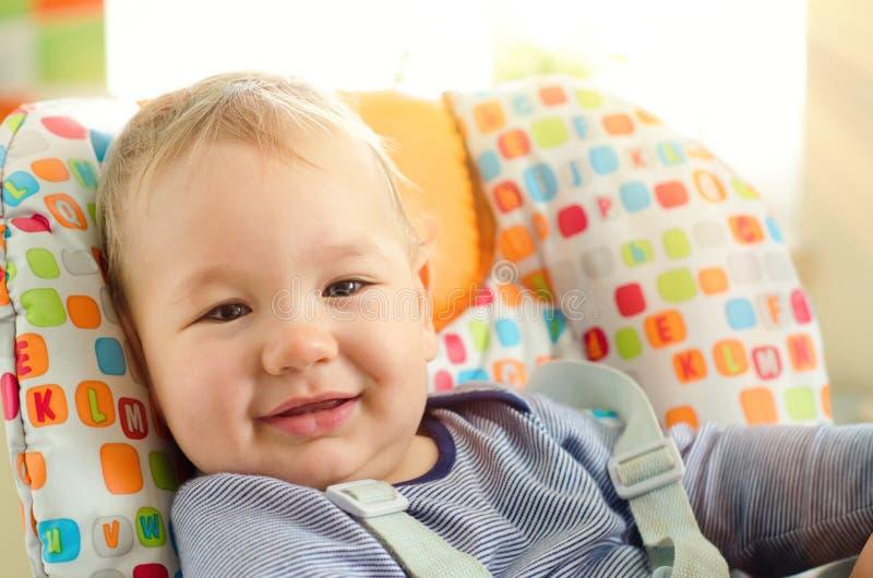 behandla som ett barn sunen f?r illusytrationen f?r pojkebuggyoklarheter arkivfoto