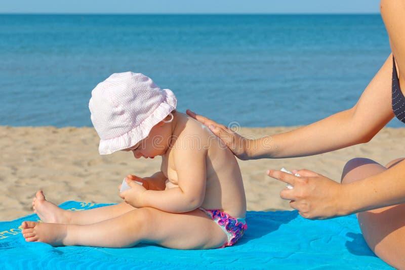 Behandla som ett barn sunscreenkräm arkivfoto