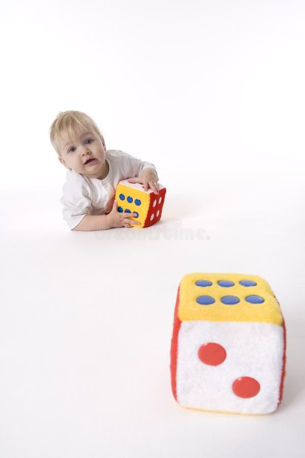 behandla som ett barn tärning som leker toyen royaltyfria bilder