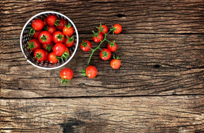 Behandla som ett barn tomaten på trä royaltyfri foto