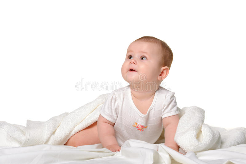 Behandla som ett barn under en handduk. royaltyfria foton