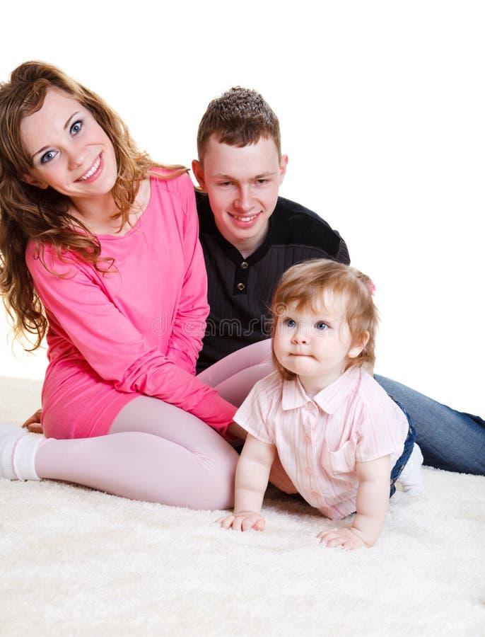 behandla som ett barn unga dotterföräldrar arkivbild