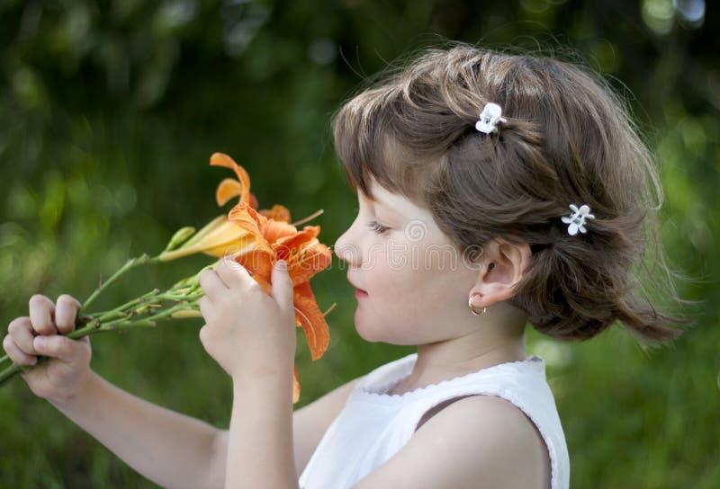 behandla som ett barn utomhus- leka för gullig flicka arkivfoton