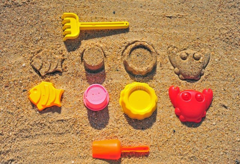 Behandla som ett barn utrustning på stranden, bästa sikt royaltyfri bild
