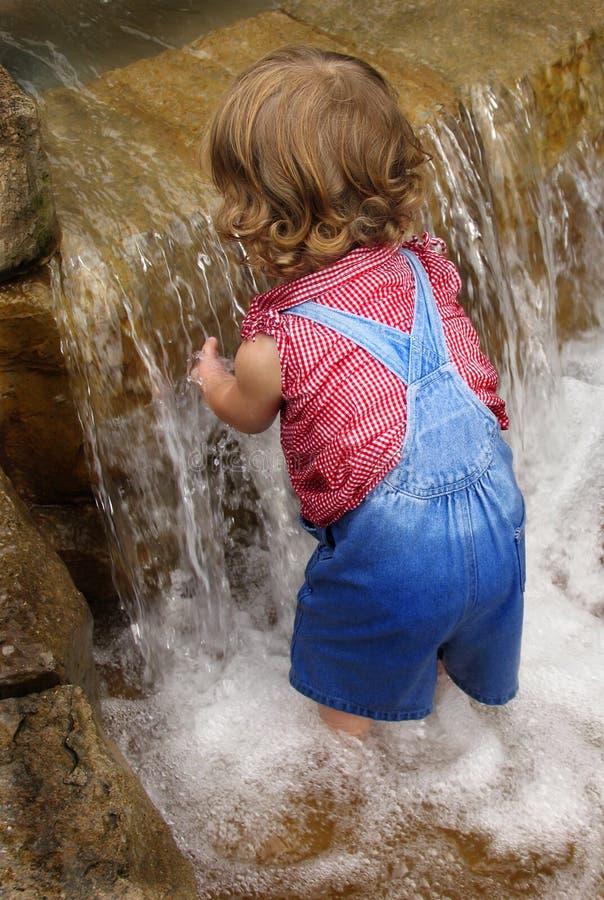 behandla som ett barn vattenfallet arkivbild
