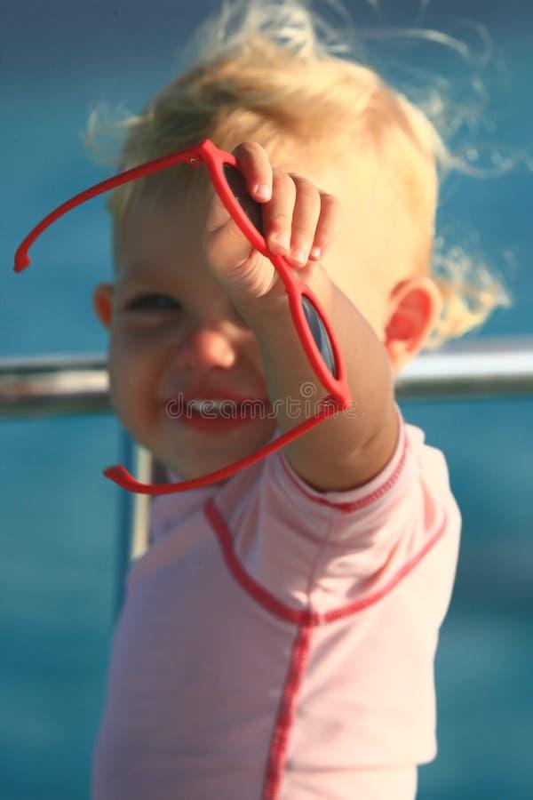 behandla som ett barn visa solglasögon royaltyfria foton