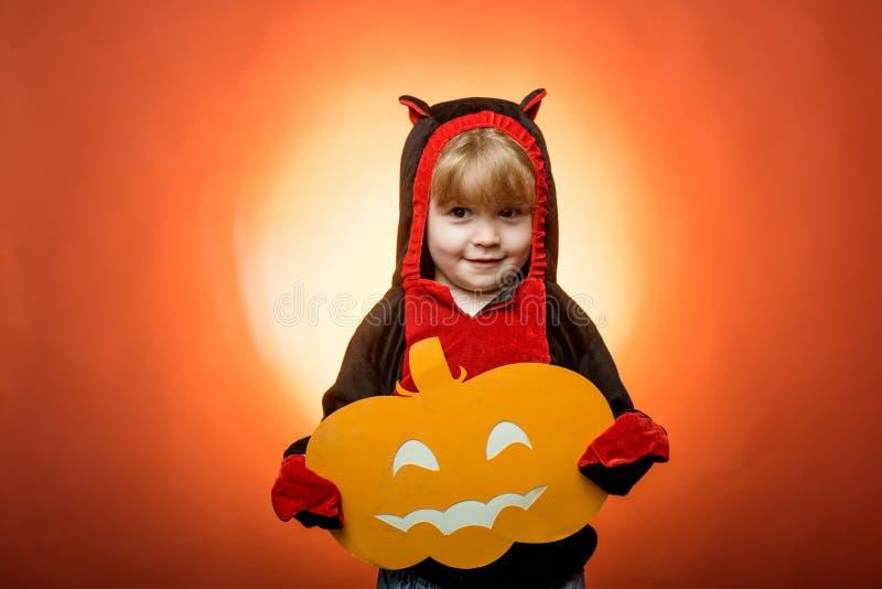 behandla trick Lyckliga halloween med pumpor på röd bakgrund tillgänglig häxa för hattillustrationvektor Halloween deltagare hall royaltyfri bild