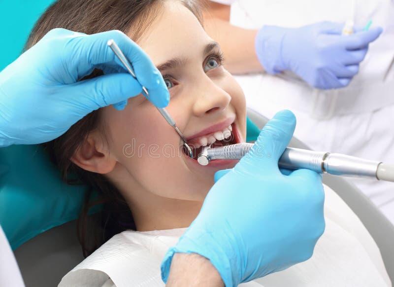 Behandling av tandförlust, barnet till tandläkaren royaltyfria foton