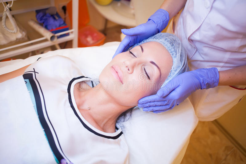 Behandling för för CosmetologySpa doktor och patient av personer royaltyfri foto
