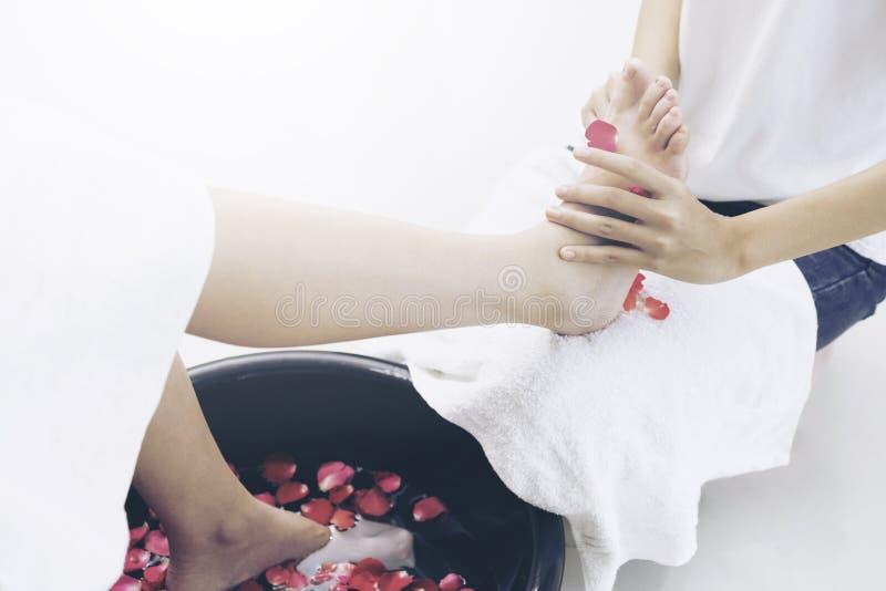 Behandling för fotbrunnsortmassage i lyxig brunnsortsemesterort royaltyfri bild
