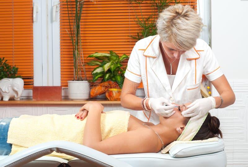 Behandling för häleri för tonårs- flicka kosmetisk i skönhetbrunnsort royaltyfri bild