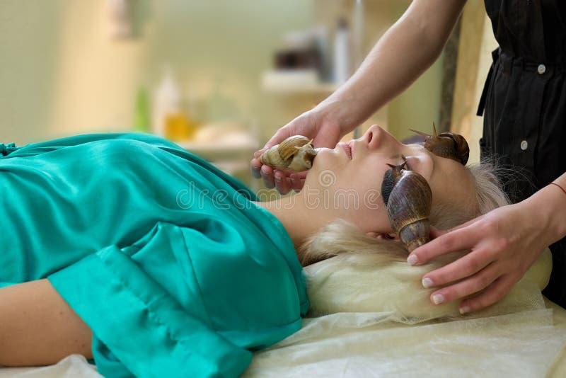 Behandling för kvinnahälerisnigel i brunnsortsalong royaltyfri fotografi