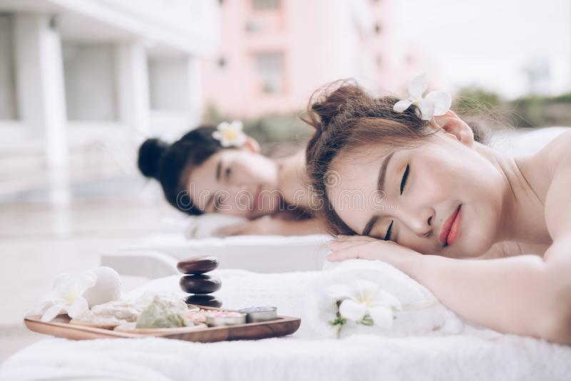 Behandling för massage för härlig parkvinna avslappnande på skönhetbrunnsorten fotografering för bildbyråer