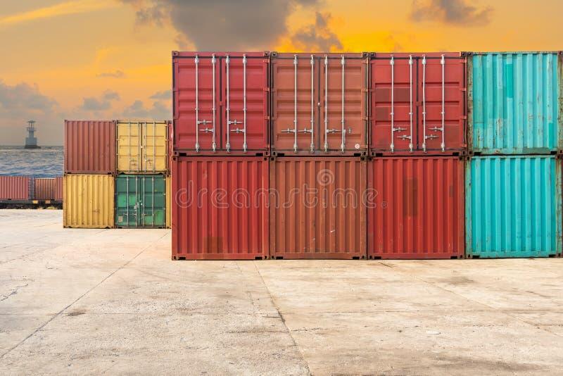 Behandlung des Stapels Containerverschiffung auf Dämmerungsszene lizenzfreie stockfotos