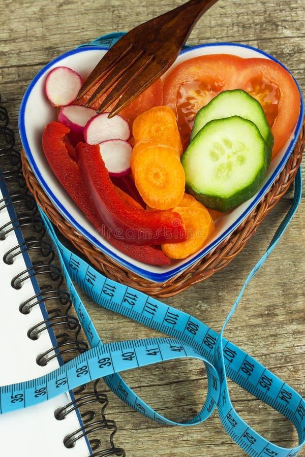 Behandlung von Korpulenz Diät auf einem Holztisch Gesundes Gemüse stockbilder