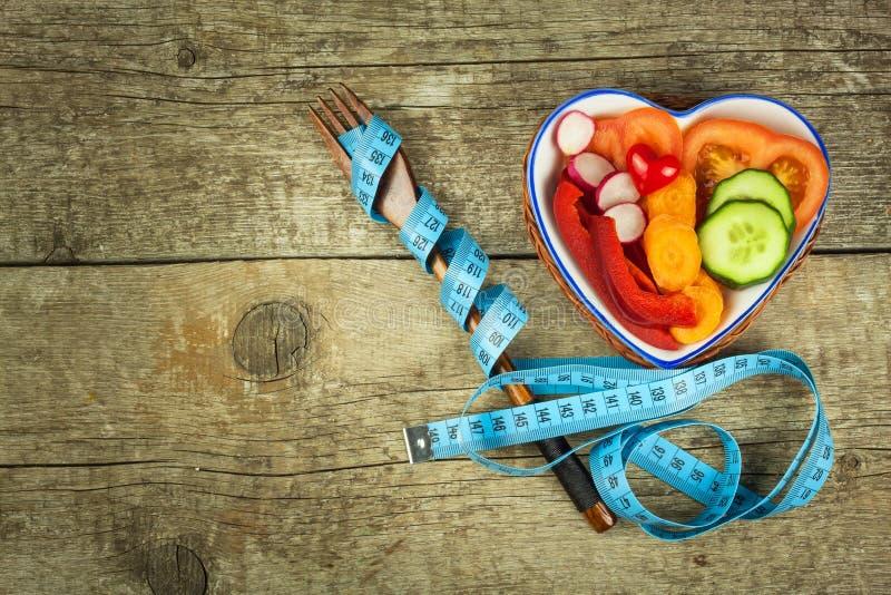 Behandlung von Korpulenz Diät auf einem Holztisch Gesundes Gemüse stockfoto
