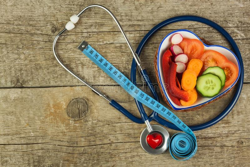 Behandlung von Korpulenz Diät auf einem Holztisch Gesundes Gemüse lizenzfreie stockbilder