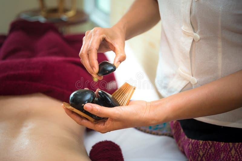 Behandlungsbadekurort und Massageleuteschönheit für gesunden Lebensstil und Entspannung Abschluss oben des Salzes und Felsenmassa lizenzfreie stockfotos