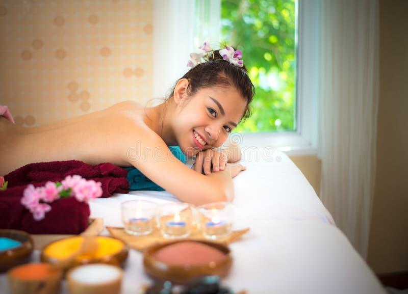 Behandlungsbadekurort und Massageleuteschönheit für gesunden Lebensstil und Entspannung Schließen Sie oben von der Salzmassage si lizenzfreies stockbild