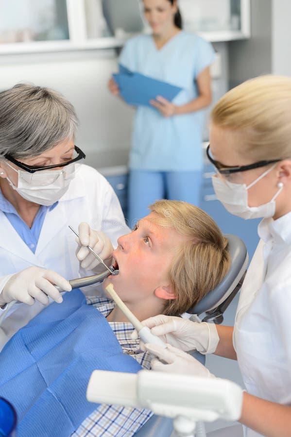 Behandlungsjugendlichpatient der Zahnarztkrankenschwester zahnmedizinischer lizenzfreie stockfotos