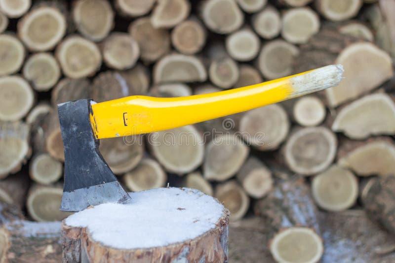 Behauen Sie das Hacken des Holzes, Stücke Holz, das zur Winterausgangskabine bereit ist stockfotografie
