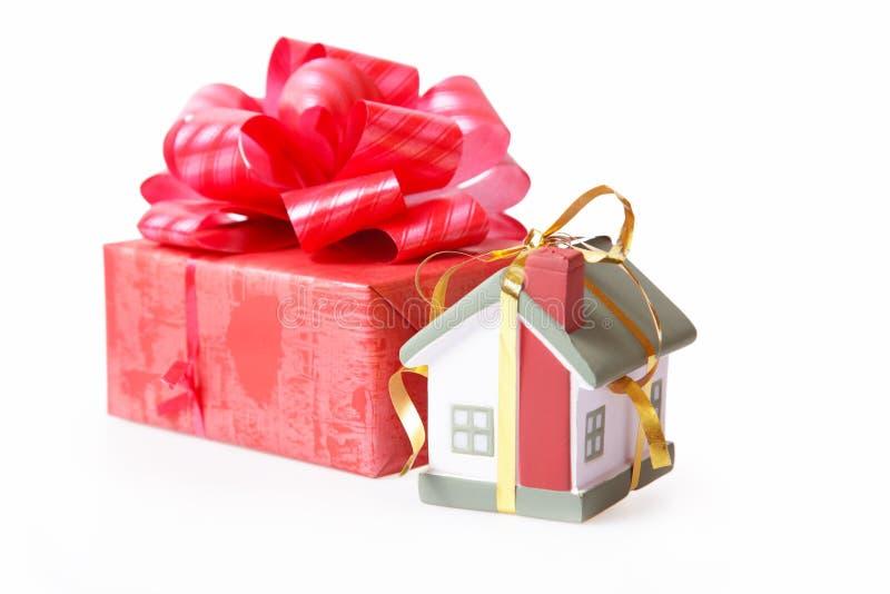 Behausung in einem Geschenk. stockbilder