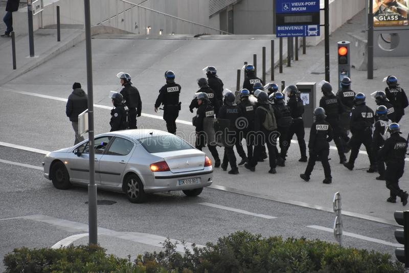 Behelmte Polizeibeamten in der Aktion stockbild