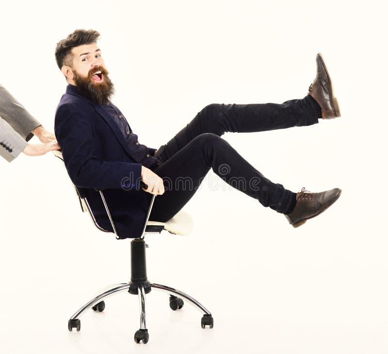 Behendig bedrijfsconcept De manager zit op bureaustoel Beheer en behendige zaken stock afbeeldingen