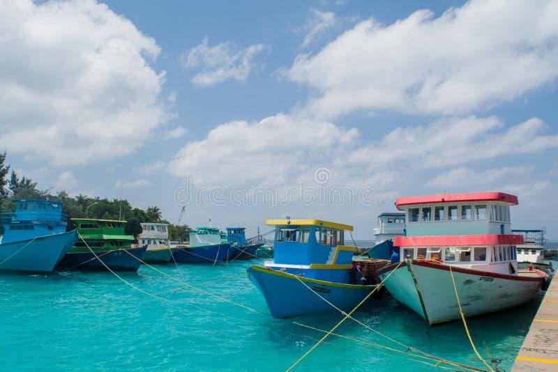 Beherbergten Sie voll von kleinem Fischer ` s und von den Frachtbooten, die in Villingili-Insel gelegen sind lizenzfreies stockbild