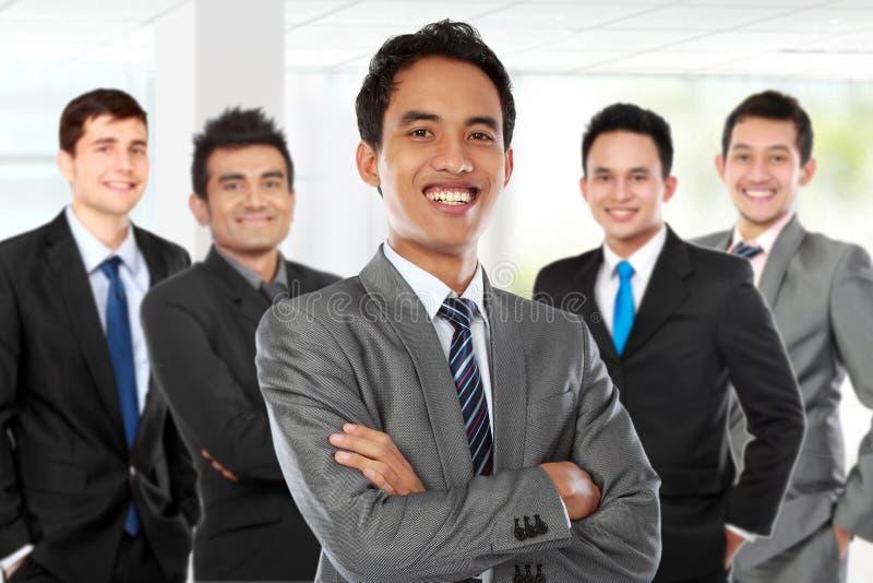 beherrschen Sie Stellung vor seinem Team und zu Erfolg führen stockfoto