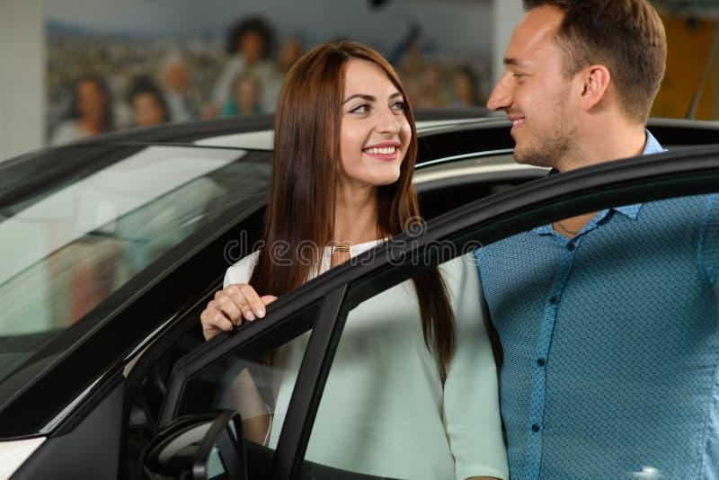 Behinde bonito da estada dos pares a porta de carro fotografia de stock royalty free